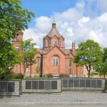 Kasarmialueen kirkko ja perinnemuuri. Kuva: N.Westerlund